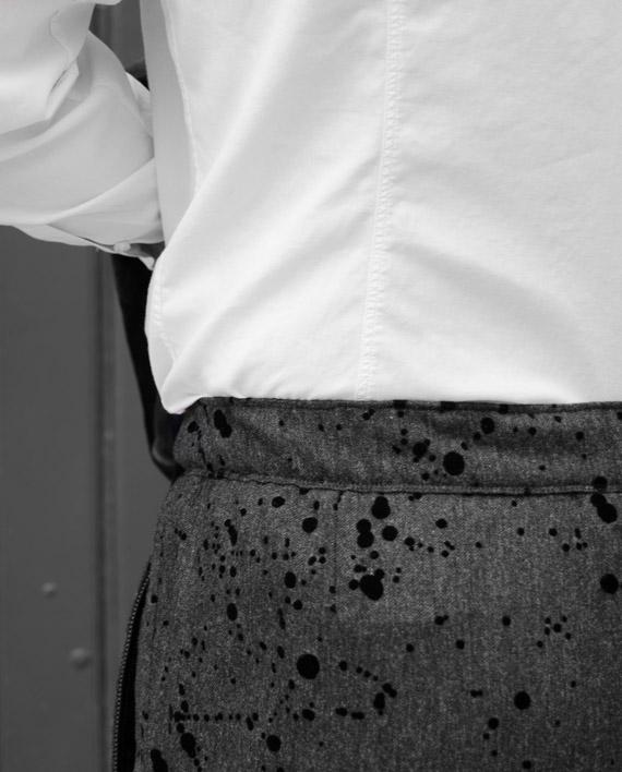 Pantalon gris et taches noires Messagerie Revolt Orléans